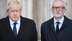 رئيس الوزراء البريطاني بوريس جونسون (يسار) وزعيم حزب العمال المعارض، جيريمي كوربين، يشاركان في وقفت احتجاجاية في ال'غيلدهول' بوسط لندن لإحياء ذكرى ضحايا إعتداء جسر لندن في 2 ديسمبر، 2019.  (Photo by DANIEL LEAL-OLIVAS / AFP)