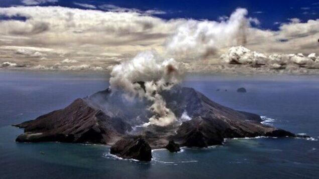 هذه الصورة من الأرشيف تم التقاطها في 29 نوفمبر، 1999، ويظهر فيها البركان الأكثر نشاطا في نيوزلندا على جزيرة وايت آيلاند يطلق سحبا كثيفة من البخار والغاز  ( TORSTEN BLACKWOOD / AFP)