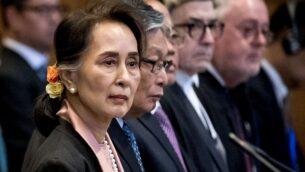 الزعيمة البورمية  أونغ سانغ سو تشي تمثل أمام محكمة العدل الدولية التابعة للأمم المتحدة في 10 ديسمبر، 2019، في لاهاي، في بدء  أولى جلسات الاستماع التي ستستمر لثلاثة أيام في قضية إبادة أقلية الروهينغا في بلادها. (Photo by Koen Van WEEL / ANP / AFP)