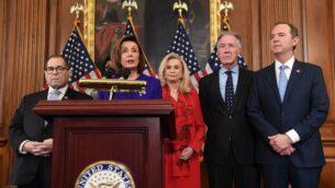 رئيسة مجلس النواب الأمريكي نانيسي بيلوسي (وسط)، ورئيس لجنة الإستخبارات، آدم شيف (يمين) (ديمقراطي-كاليفورنيا)، ورئيس اللجنة القضائية، جيري نادلر (يسار) (ديمقراطي-نيويورك)، ورئيس لجنة الشؤون الخارجية إليوت إنغيل (الثاني من اليمين) (ديمقراطي-نيويورك)، ورئيسة لجنة الخدمات المالية ماكسين ووترز (تقف في الخلف) (ديمقراطية-كاليفورنيا)، ورئيسة لجنة الرقابة والإصلاح، كارولين مالوني (الثانية من اليمين)(ديمقراطية-نيويورك)، في مؤتمر صحفي أعلن فيه الديمقراطيون تبني لائحتي اتهام ضد الرئيس الأمريكي دونالد ترامب في سياق إجراءات عزله تقومان على إساءة استخدام السلطة وعرقلة عمل الكونغرس، في تلة الكابيتول بالعاصمة واشطن، 12 أكتوبر، 2019.   (SAUL LOEB / AFP)