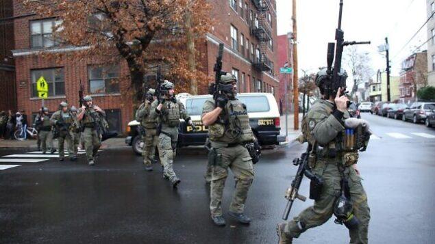 عناصر الشرطة تصل إلى موقع إطلاق نار في جيرسي سيتي بولاية نيو جيرسي، 10 ديسمبر، 2019. (Kena Betancur/AFP)