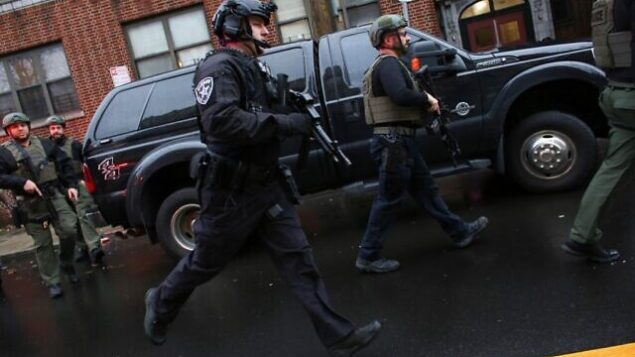 الشرطة تصل إلى موقع إطلاق نار في جيرسي سيتي بولاية نيو جيرسي، 10 ديسمبر، 2019.  (Kena Betancur/AFP)