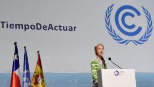 الناشطة البيئية السويدية غريتا تونبرغ تلقي خطابا خلال حدث رفيع المستوى بشأن حالة الطوارئ المناخية تستضيفه الرئاسة التشيلية خلال مؤتمر الأمم المتحدة الخامس والعشرين للتغيّر المناخي المنعقد في مركز المعارض 'IFEMA - Feria de Madrid' في مدريد، 11 ديسمبر، 2019.  (CRISTINA QUICLER / AFP)