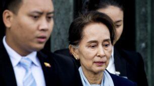 الزعيمة البورمية أونغ سان سو تشي تغادر محكمة العدل الدولية التابعة للأمم المتحدة بلاهاي في 11 ديسمبر، 2019، في اليوم الثاني من جلسات الاستماع المتعلقة بقضية إبادة أقلية الروهينغا.  (Photo by Koen Van WEEL / ANP / AFP)