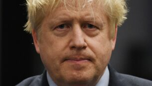 رئيس الوزراء البريطاني وزعيم المحافظين بوريس جونسون يلقي خطابا بعد احتفاظه بمقعده كنائب عن في أوكسبريدج وروسليب جنوب، في مركز الإحصاء في أوكسبريدج، غرب لندن، 13 ديسمبر 2019. بعد فرز أصوات الانتخابات البريطانية العامة (Oli SCARFF / AFP)