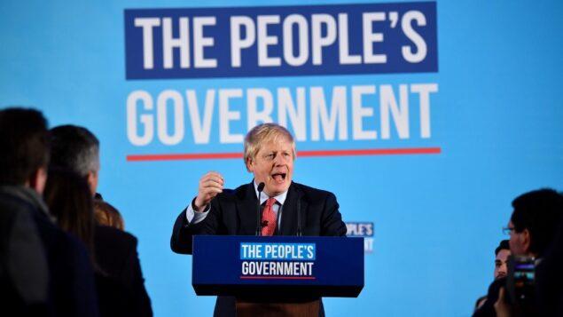 رئيس الوزراء البريطاني ورئيس الحزب المحافظ بوريس جونسون يتحدث خلال حدث انتخابي للاحتفال بنتائج الانتخابات العامة في مركز لندن، 13 ديسمبر 2019 (BEN STANSALL / AFP)
