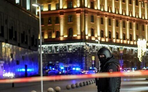 شرطي روسي يقف حرسًا في شارع مجاور لمقر جهاز الأمن الروسي في موسكو، 19 ديسمبر 2019. (Dimitar Dilkoff/AFP)