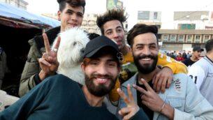 متظاهرون عراقيون مناهضون للحكومة مع تسريحات شعر مميزة في ميدان التحرير بوسط بغداد، 23 ديسمبر 2019 SABAH ARAR / AFP)