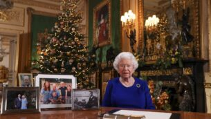 صورة تم نشرها في 24 ديسمبر، 2019 تظهر فيها ملكة بريطانيا إليزابيث الثانية بعد تسجيلها لخطابها التقليدي بمناسبة عيد الميلاد، في قلعة 'ويندزو' غرب لندن.  ( Steve Parsons / POOL / AFP)