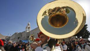 فرق كشاف فلسطينية تعزف الموسيقى خلال مسيرة في ساحة المهد من أمام كنيسة المهد في مدينة بيت لحم بالضفة الغربية في 24 ديسمبر، 2019 قبيل وصول بطريرك  اللاتين في القدس.  (Musa Al SHAER / AFP)