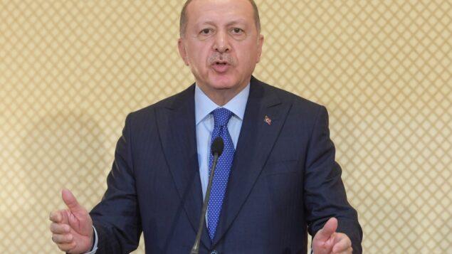 الرئيس التركي رجب طيب أردوغان يتحدث خلال مؤتمر صحفي مشترك مع نظيره التونسي في القصر الرئاسي في قرطاج، شرق العاصمة تونس، 25 ديسمبر 2019. (FETHI BELAID / AFP)