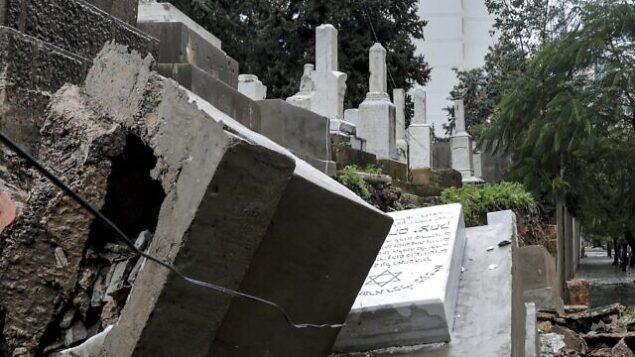 صورة التقطت في 26 ديسمبر 2019، تظهر القبور التي لحقت بها أضرار أثناء عاصفة شتوية في المقبرة اليهودية في العاصمة اللبنانية بيروت. (Anwar Amro/AFP)