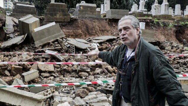 ناجي جورج زيدان ، الخبير في المجتمع اليهودي في لبنان والمتابع لشؤون المقبرة  اليهودية في العاصمة بيروت، يتفقد الموقع بعد أن تعرضت عدة قبور لأضرار أثناء عاصفة شتوية، 26 ديسمبر 2019. (Anwar Amro/AFP)
