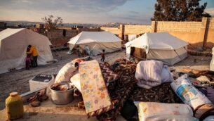 صورة التقطت في 27 ديسمبر 2019، تظهر إمدادات خارج خيام نازحين سوريين، الذين فروا من تقدم القوات الحكومية على معرة النعمان في جنوب محافظة إدلب، في معسكر للنازحين بالقرب من مدينة دانا في شمال المحافظة بالقرب من الحدود مع تركيا (Aaref WATAD / AFP)