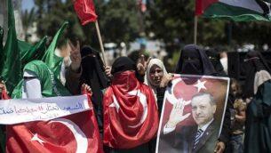 مناصرون فلسطينيون لحركة 'حماس' يحملون صورا للرئيس التركي، رجب طيب إردوغان، ويهتفون شعارات ضد محاولة انقلاب عسكري في تركيا، خلال تظاهرة في مدينة غزة، 17 يوليو، 2016. (AFP/MAHMUD HAMS)
