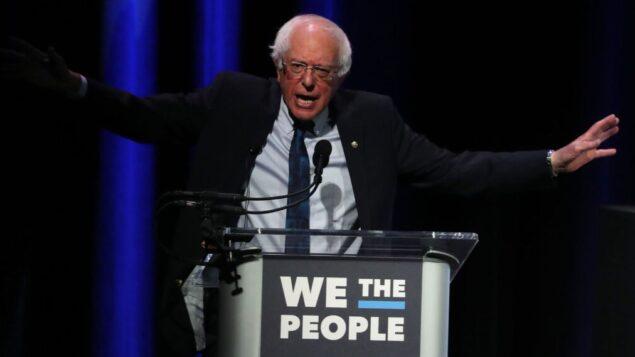 """السناتور بيرني ساندرز يتحدث في قمة """"نحن الشعب"""" التي تضم المرشحين للرئاسة لعام 2020 في واشنطن العاصمة، 1 أبريل 2019. (Mark Wilson/Getty Images via JTA)"""