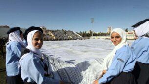 تم الكشف عن كوفية ضخمة هذا الأسبوع في حفل أقيم داخل ملعب لكرة القدم في بلدة دورا جنوب الضفة الغربية، بالقرب من الخليل. (Credit: Wafa)