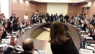 أعضاء الكنيست يصادقون على تسريع العملية التشريعية لإقرار مشروع قانون لتحديد موعد للإنتخابات في 2 مارس، 2020، في اللجنة التنظيمية للكنيست، 12 ديسمبر، 2019. (Knesset)