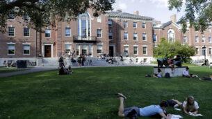 اشخاص يستريحون على العشب أثناء القراءة في جامعة براون، في بروفيدنس، رود آيلاند، 25 سبتمبر 2019 (AP Photo/Steven Senne)