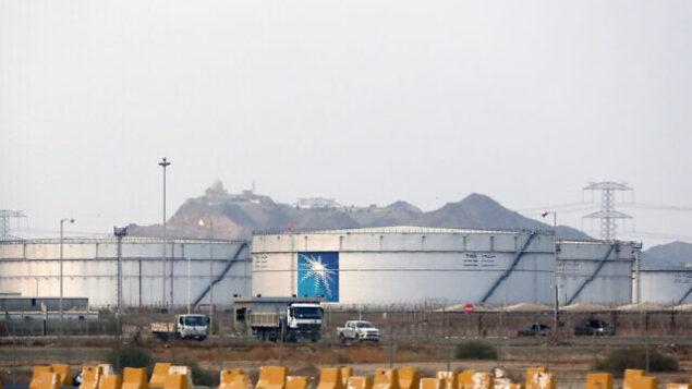 هذه الصورة التي تم التقاطها في 15 سبتمبر، 2019، تظهر صهاريج التخزين في منشأة تابعة لشركة 'أرامكو' في جدة، السعودية. (AP Photo/Amr Nabil, File)