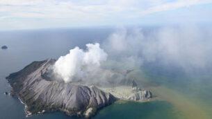 صورة جوية تظهر الجزيرة البيضاء بعد ثورانها البركاني في نيوزيلندا، 9 ديسمبر 2019 (George Novak/New Zealand Herald via AP)