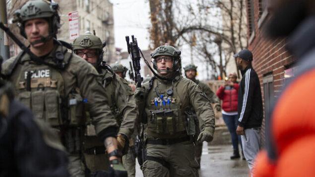 عناصر الشرطة تصل إلى موقع إطلاق النار في جيرسي سيتي، نيو جيرسي، 10 ديسمبر، 2019. (AP Photo/Eduardo Munoz Alvarez)