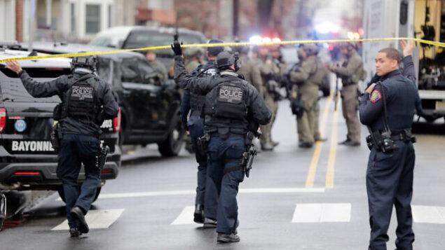 عناصر من شرطة 'بورت أثوريتي' تصل إلى موقع إطلاق نار في جيرسي سيتي بولاية نيو جيرسي، 10 ديسمبر، 2019.  (AP Photo/Seth Wenig)