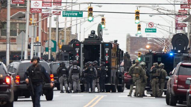 قوات الأمن تحتشد بالقرب من موقع إطلاق نار في جيرسي سيتي بولاية نيو جيرسي، الثلاثاء، 10 ديسمبر، 2019.  (AP Photo/Eduardo Munoz Alvarez)