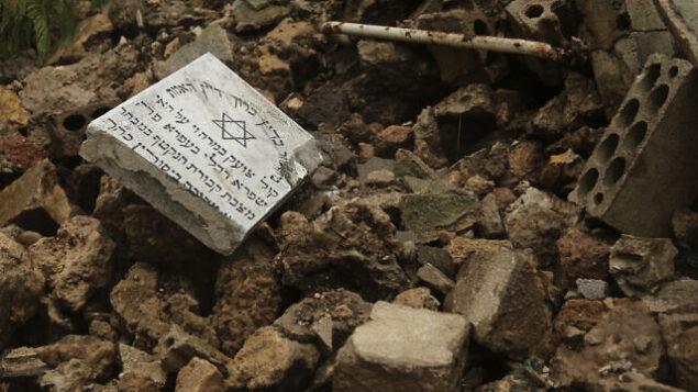 قبور في مقبرة يهودية تضررت من الأمطار الغزيرة في منطقة السوديكو في بيروت، لبنان، 26 ديسمبر 2019. (AP Photo / Hassan Ammar)