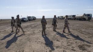 قادة عسكريون يقومون بجولة في قطاعات العمليات التابعة للواء السابع للجيش العراقي، في بداية المرحلة الثامنة من العملية، في الأنبار، العراق، 29 ديسمبر 2019 (AP Photo/Nasser Nasser)