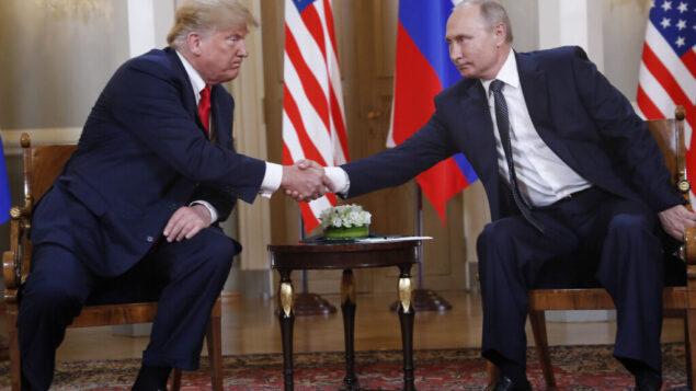 الرئيس الأمريكي دونالد ترامب (من اليسار) ونظيره الروسي فلاديمير بوتين يتصافحان قبل لقائهما في القصر الرئاسي في هلسنكي، 16 يوليو، 2018 (AP Photo/Pablo Martinez Monsivais)