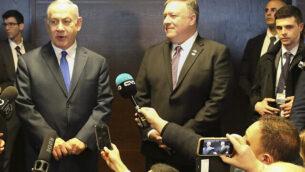 رئيس الوزراء بنيامين نتنياهو (وسط يسار) ووزير الخارجية الأمريكي مايك بومبيو (وسط يمين) يتحدثان للصحافيين على هامش المؤتمر الدولي حول الشرق الأوسط في وارسو، بولندا، 14 فبراير، 2019.  (AP/Czarek Sokolowski)
