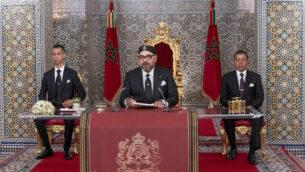 في هذه الصورة التي نشرتها وكالة الأنباء المغربية (MAP)، يظهر الملك محمد السادس (وسط) برفقة نجله ولي العهد مولاي حسن (يسار) وشقيقه الأمر مولاي رشيد، خلال خطاب ألقاه للأمة وتم بثه عبر القنوات التلفزيونية، في القصر الرئاسي بتطوان، المغرب، 29 يوليو، 2019. (Moroccan Royal Palace via AP)