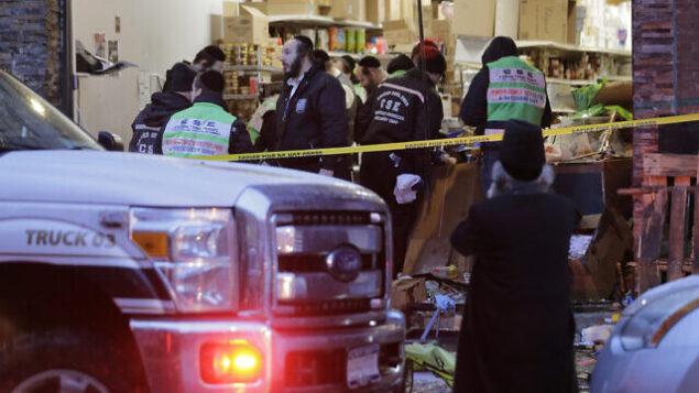 مسعفو الطوارئ يعملون في متجر بقلبة كوشير شهد هجوم إطلاق نار في جيرسي سيتي بولاية نيو جيرسي، الأربعاء، 11 ديسمبر، 2019. (AP Photo/Seth Wenig)