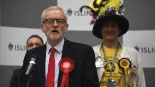 زعيم حزب العمال البريطاني المعارض جيريمي كوربين يتحدث أثناء الإعلان عن مقعده في الانتخابات العامة لعام 2019 في إزلينغتون، لندن، 13 ديسمبر ، 2019. (AP / Alberto Pezzali)
