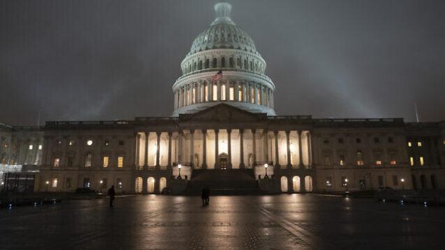 توضيحية: الضباب يكتنف مبنى الكابيتول في واشنطن، 13 ديسمبر، 2019.(J. Scott Applewhite/AP)