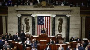 رئيسة مجلس النواب الأمريكي، نانسي بيلوس، تتحدث خلال جلس للتصويت على تهمتين ضد الرئيس دونالد ترامب، 18 ديسمبر، 2019، في تلة الكابيتول بواشنطن. (AP Photo/Patrick Semansky)