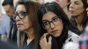 والدة الإسرائيلية الأمريكية نعمة يسسخار، يافا يسسخار (يسار)، وشقيقتها لياد غولدبرغ، تحضران جلسة استماع في محكمة في موسكو، روسيا ، 19 ديسمبر 2019. (Alexander Zemlianichenko Jr./AP)
