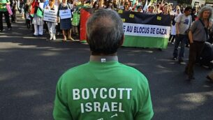 متظاهرون يهتفون شعارات خلال تظاهرة في باريس، 3 يونيو، 2010، للاحتجاج على اعتراض إسرائيل لسفينة مساعدات متجهة إلى غزة؛ رجل في مقدمة الصورة يرتدي قميصا يدعو لمقاطعة إسرائيل.  (Jacques Brinon/ AP /File)