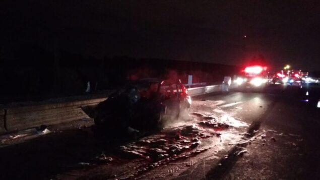 حطام سيارة محترقة اصطدمت بمؤخرة شاحنة واشتعلت فيها النيران في حادث سير قاتل على الطريق 25، 10 ديسمبر 2019. (Magen David Adom)