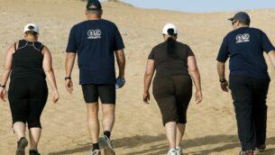 صورة توضيحية لأشخاص يعانون من زيادة الوزن يمشون في في معهد فينغيت في إسرائيل. (Moshe Shai/Flash90)