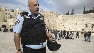 قائد شرطة القدس الأسبق، نيسان 'نيسو' شاهام في باحة الحائط الغربي بالقدس القديمة في عام 2012.  ( Uri Lenz/Flash90)