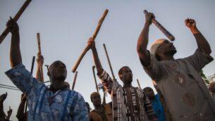 """العبريون السود من ديمونا يحتفلون بالحصاد في عيد """"شافوعوت"""" (Yonatan Sindel/Flash 90)"""