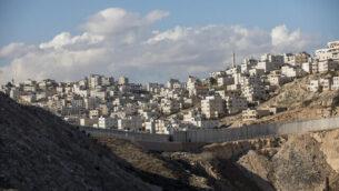 صورة لبلدة الرام الفلسطينية على أطراف مدينة القدس، 1 يناير، 2017. (Yonatan Sindel/Flash90)