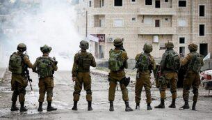 جنود إسرائيليون في مواجهات مع فلسطينيين في مخيم الفوار، جنوب مدينة الخليل بالضفة الغربية، 31 ديسمبر، 2017.  (Wisam Hashlamoun/Flash90)