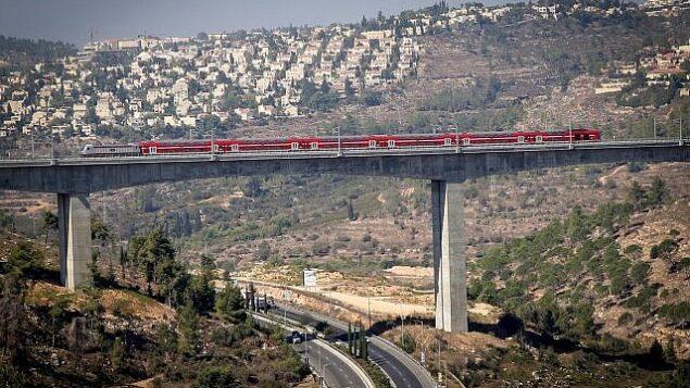 صورة لخط القطار الكهربائي بين مدينة القدس ومطار بن غوريون بالقرب من القدس،  25 سبتمبر، 2018.(Yossi Zamir/Flash90)