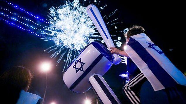 إسرائيليون يتفرجون على عرض ألعاب نارية خلال الاحتفالات ب'يوم الإستقلال' ال71 لدولة إسرائيل في القدس، 8 مايو، 2019.  (Hadas Parush/Flash90)