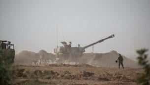 جنود إسرائيليون ومدفعيه في منطقة تجمع بجنوب إسرائيل، بالقرب من الحدود مع قطاع غزة، 13 نوفمبر، 2019. (Yonatan Sindel/Flash90)