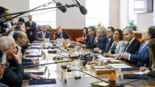 رئيس الوزراء بنيامين نتنياهو يترأس الجلسة الأسبوعية للحكومة، في مكتب رئيس الوزراء بالقدس، 1 ديسمبر، 2019. (Marc Israel Sellem/Pool/Flash90)
