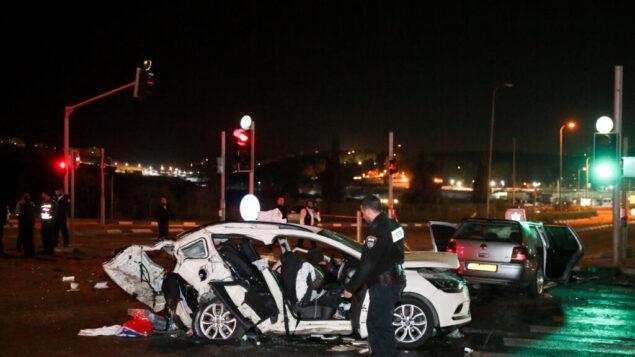 قوات الإنقاذ والشرطة في موقع تصادم قاتل بين سيارتين على الطريق 443 بالقرب من جفعات زئيف، 1 ديسمبر 2019. (Yonatan Sindel / Flash90)